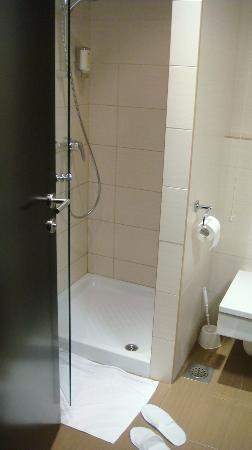 Birokrat Hotel: Shower