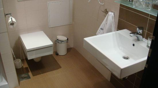 Birokrat Hotel: Bathroom 1