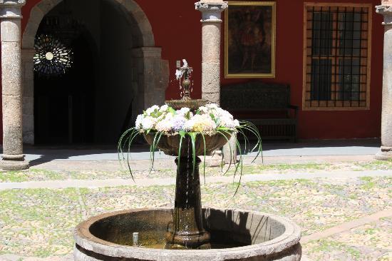 Hotel Costa Del Sol Ramada Cusco: Little fountain in the center of the courtyard