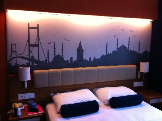 Ambassador Hotel: Our beautiful bed and the canvas behind it
