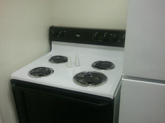 Beverly Garden Suites: An electric range