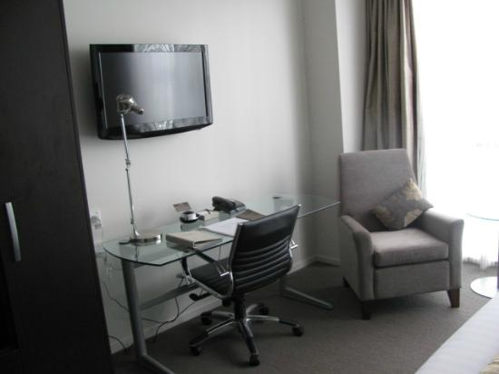 Rydges Auckland: TV, desk area