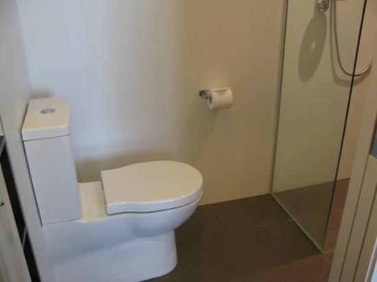 Rydges: Toilet in front of shower