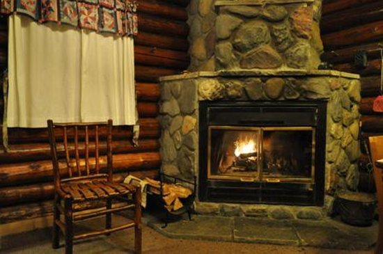 كاسكايد لودج أون ليك سوبيريور: Cabin #2 Fireplace