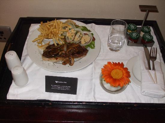 Southern Sun O.R Tambo International Hotel: steak sandwich ...yum yum