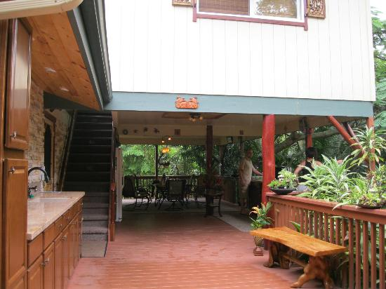 Honu Kai B&B: Outdoor communial kitchen with dining area beyond.