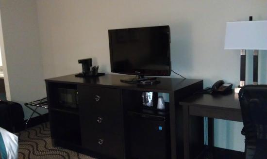 La Quinta Inn & Suites Richmond Midlothian: Tv, fridge, hair dryer, business desk, and microwave were included in the room.