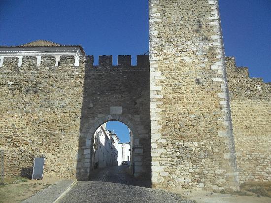 بوزادا كاستيلو دي إستريموز - هيستوريك هوتل: Town gate