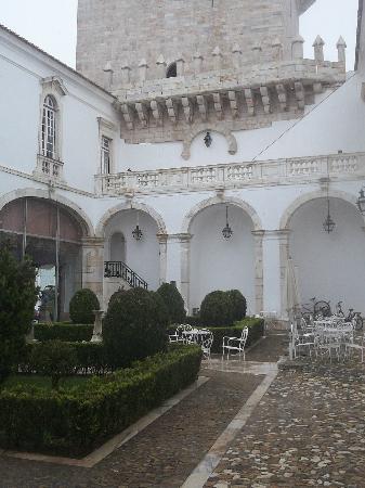Pousada de Estremoz - Rainha Santa Isabel: centre courtyard