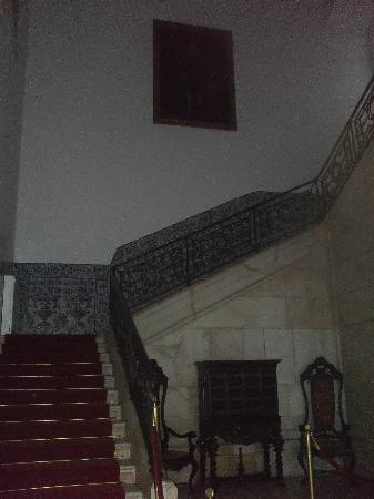 بوزادا كاستيلو دي إستريموز - هيستوريك هوتل: main staircase in the castle