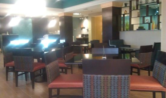La Quinta Inn & Suites Richmond Midlothian: Lobby and eating area were inviting.