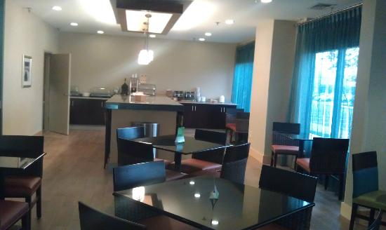 La Quinta Inn & Suites Richmond Midlothian: A nice breakfast area, complete with a large tv on the side was inviting with coffee 24 hours.
