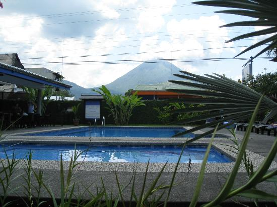 San Bosco Inn: Looking over the pool towards Arenal Volcano