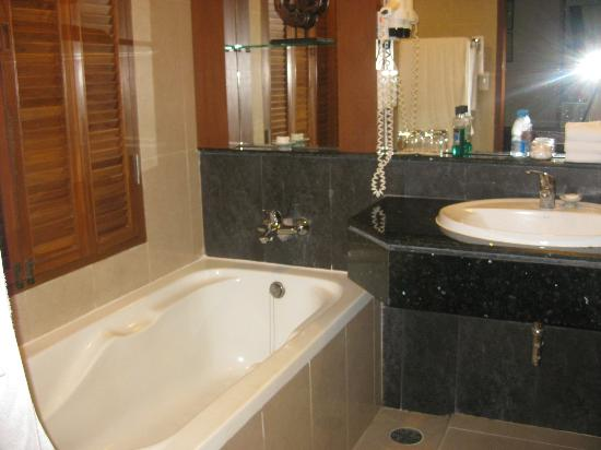 Katathani Phuket Beach Resort: Jnr suite bathroom