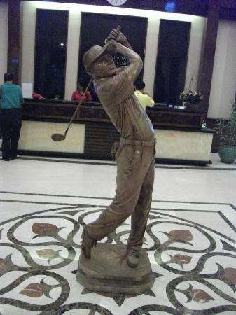 Mountain View Golf Club: Statue in the 4 floor club house lobby