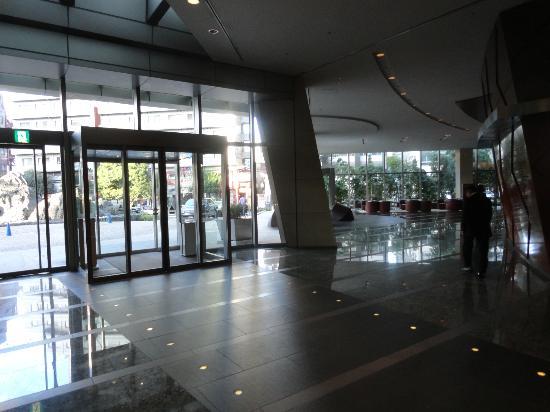 Grand Hyatt Tokyo: Main entrance and side lobby area