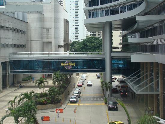 Radisson Decapolis Hotel Panama City: puente que une el hotel con el casino y shopping que está enfrente