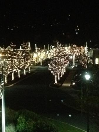 Country Inn & Suites By Carlson, Gettysburg: View of outlets at Christmas time from a room on the third floor