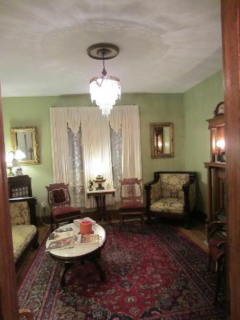 Albert Stevens Inn: Sitting room