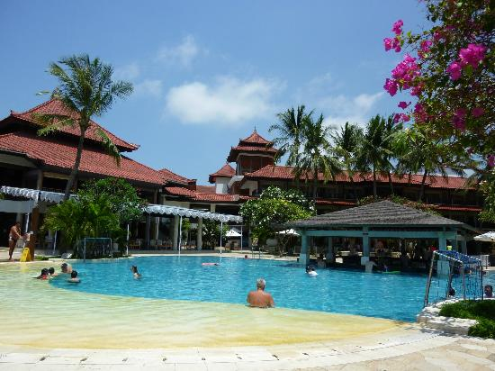 Holiday Inn Resort Baruna Bali: Pool and bar