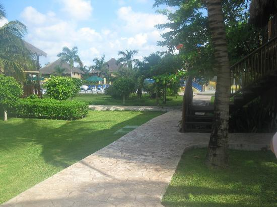 Allegro Cozumel : The well groomed grounds