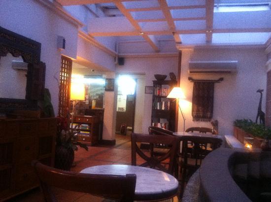 Perak Hotel: フロント横の休憩スペース。くつろげる。