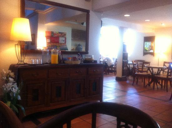 Perak Hotel: 朝食をとるスペース。奥にキッチンカウンターあり。