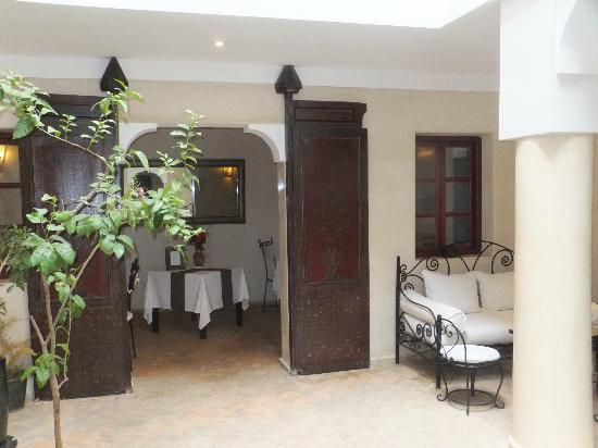 Riad Al Badia: View into reception area dinning room
