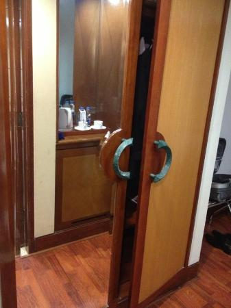 Ibis Jakarta Mangga Dua Hotel: Closet that can't shut