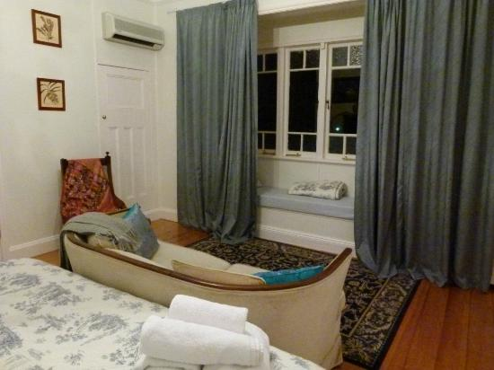 GlenEllen B&B: Sofa & window seat in Willows Room