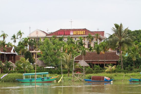 Hoi An Riverside Resort & Spa: Resort from across river