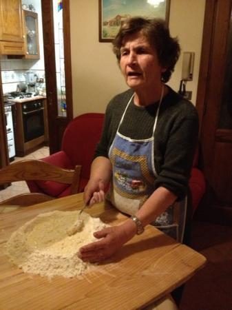 Podere San Gregorio: Liliana teaching how to make 'pici'