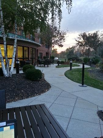 Courtyard by Marriott Kansas City - Shawnee: area to relax out back.