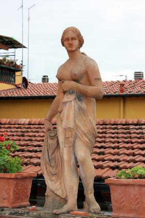 Hotel Il Bargellino: terrace statue