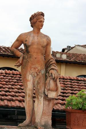Hotel Il Bargellino: Statue on terrace