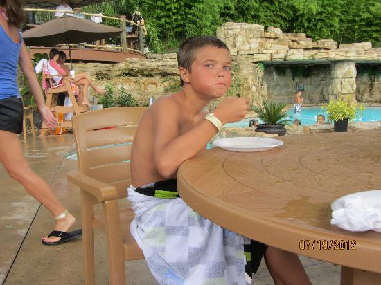 Still Waters Resort: yummy pizza at the pool