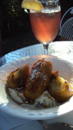 Arts & Eats Restaurant and Gallery: Bananas Foster with Pomegranite Iced Tea