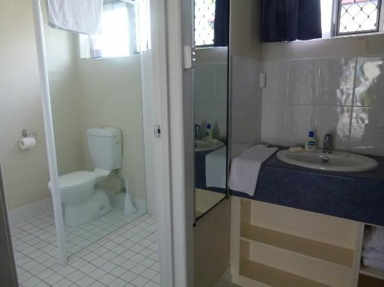 Acacia Motor Inn: ensuite bathroom & basin area