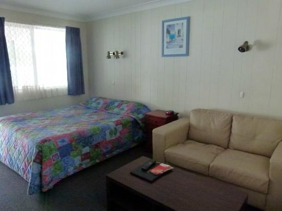 Acacia Motor Inn: Queen bed & sofa