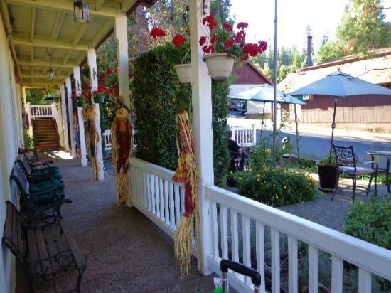 The Groveland Hotel: seasonal decor