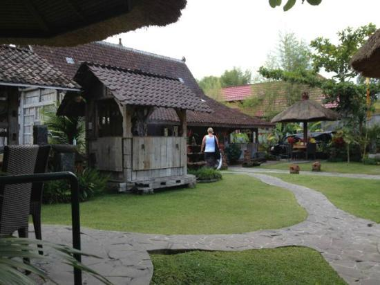 Hotel Tjampuhan & Spa: Warung up the road - The best tempeh!