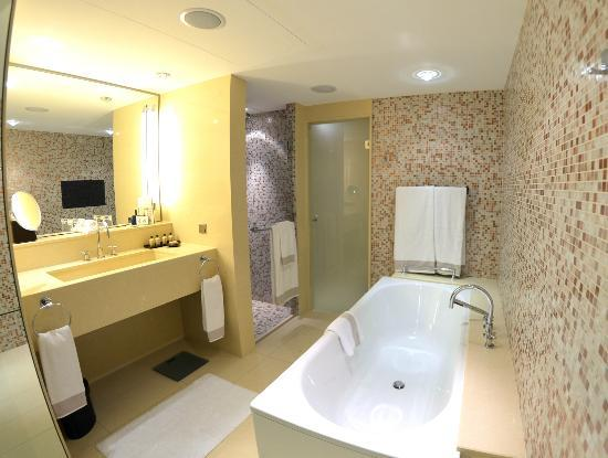 Jumeirah Frankfurt: Junior Suite Bathroom