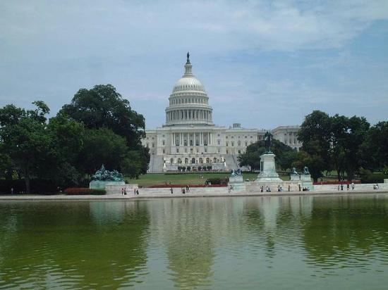 Capitol Hill: 人口池の前から