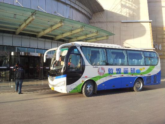 Sunshine Plaza Hotel : our tour bus at the front of hotel