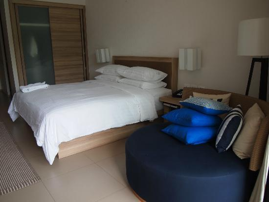 Holiday Inn Phuket Mai Khao Beach Resort: bed