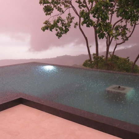 Kura Design Villas Uvita: Afternoon downpour on the pool