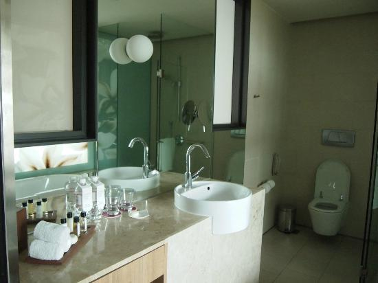 Crowne Plaza Changi Airport: Bathroom