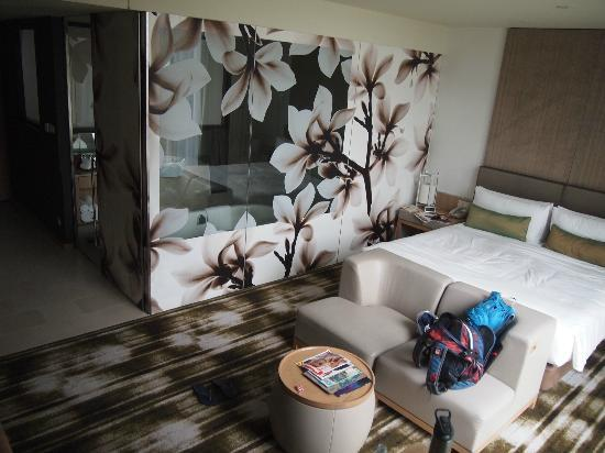 Crowne Plaza Changi Airport: Bathroom from the outside