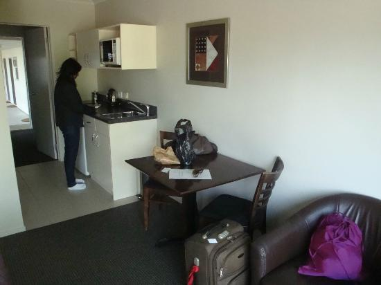Lake Taupo Motor Inn: The kitchenette