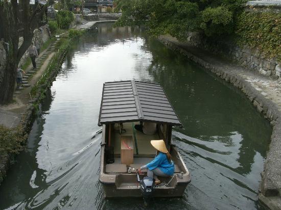 Omihachiman, Japan: 遊覧船が頻繁に通ります